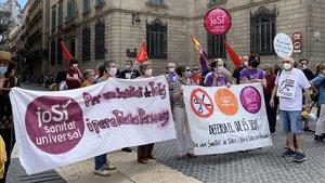 Manifestantes de Marea blanca en defensa de una sanidad pública en la plaza Sant Jaume de Barcelona, este sábado.