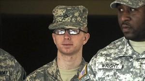 Manning (izquierda), custodiado por otro soldado, en Fort Meade (EEUU), el 22 de diciembre del 2011.