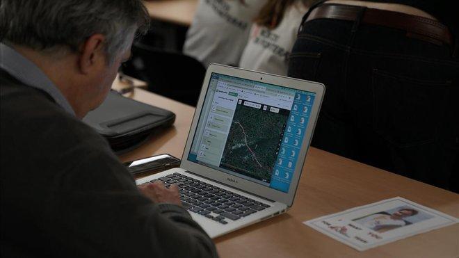Los voluntarios del 'mapatón'identifican edificios y carreteras a partir de imágenes de satélite.