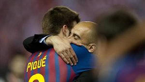 Piqué y Guardiola se abrazan en la final de la Copa del 2012.