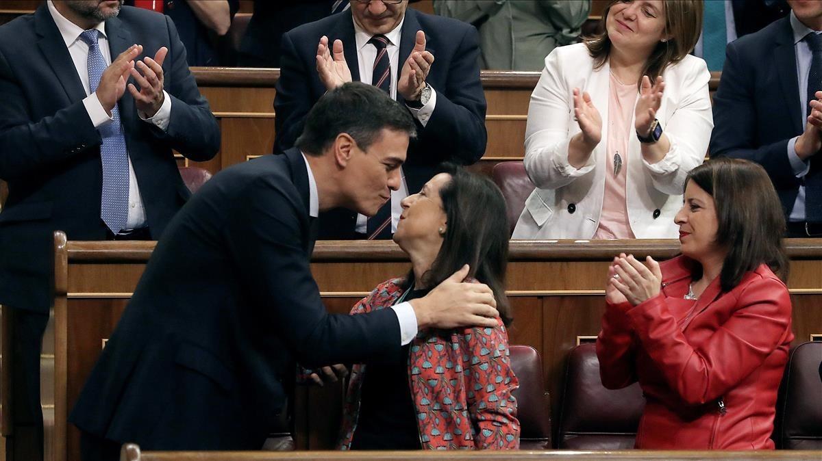 Margarita Robles felicita a Pedro Sánchez, nuevo Presidente del Gobierno.