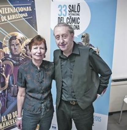 Mary y Bryan Talbot, el viernes en el Salón del cómic. A la derecha varias de sus obras; en la silueta, el protagonista de 'Grandville'.