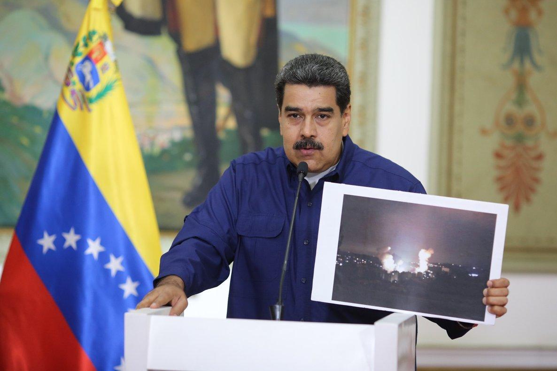 El presidente de Venezuela,Nicolas Maduro, muestra las fallaselectricas del apagón. EFE