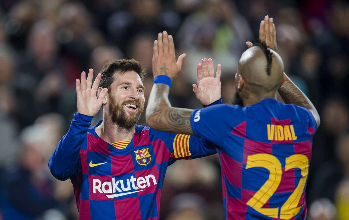 Messi y Arturo Vidal celebran el tercer gol del Barça ante el Leganés.