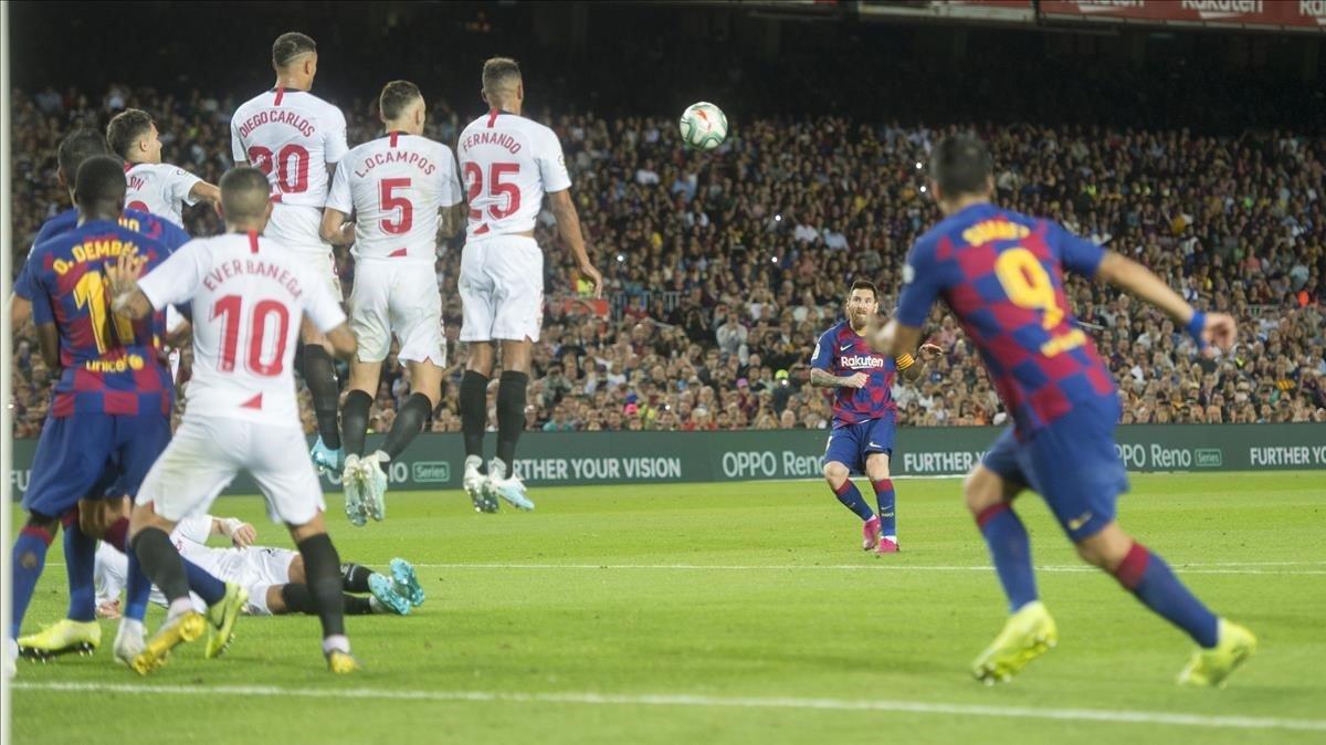 Messi dispara la falta que se convirtió en su primer gol de la temporada.