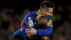 Messi y Griezmann celebran un gol en un partido de Liga.