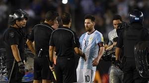 Messi protesta ante los colegiados en el partido ante Chile.