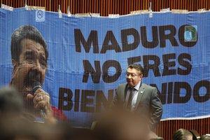 La tensión desencadenada por la invitación al mandatario también se vislumbró dentro del Congreso, donde legisladores del conservador Partido Acción Nacional colgaron una pancarta que rezaba Maduro, no eres bienvenido.