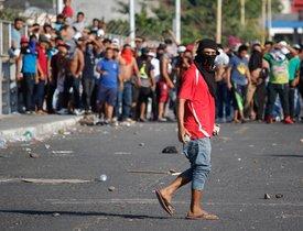 Habitantes de Tecun UmanGuatemalase enfrentan con migrantes hondurenos.EFE Luis Villalobos