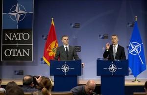 El ministro de Exteriores de Montenegro, Igor Luksic (izquierda) y el secretario general de la OTAN, Jens Stoltenberg, tras la invitaciónal país balcánico.