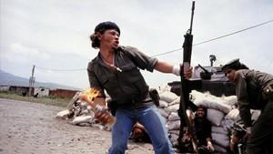 'Molotov Man', sandinistas en las murallas de la sede de la Guardia Nacional, foto tomada por Meiselasen Nicaragua, en 1979.