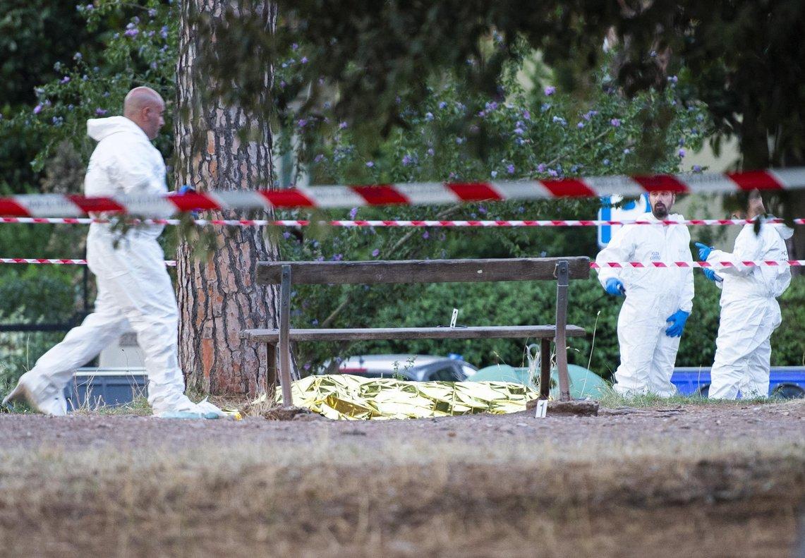 Los forenses, junto al cadáver, en Roma.