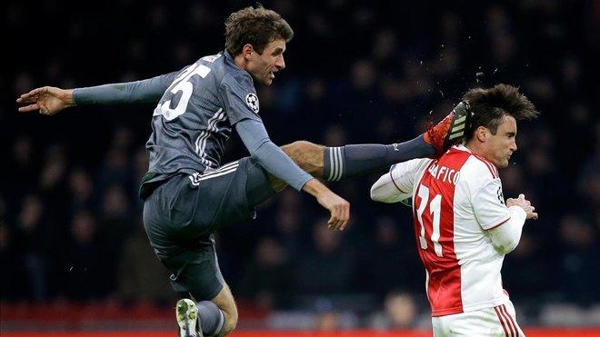 Müller fue expulsado en Amsterdam por su durísima entrada a Tagliafico, el defensa del Ajax.