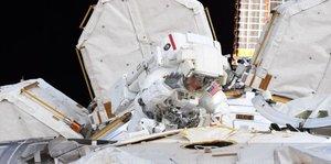 La NASA cancel·la el primer passeig espacial de dones per falta de vestits de la seva talla