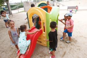 Niños jugando en un patio en una imagen de archivo