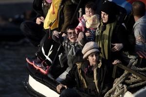 Una madre, con sus pequeños, viaja en la embarcación que se hunde ante Lesbos (Grecia).