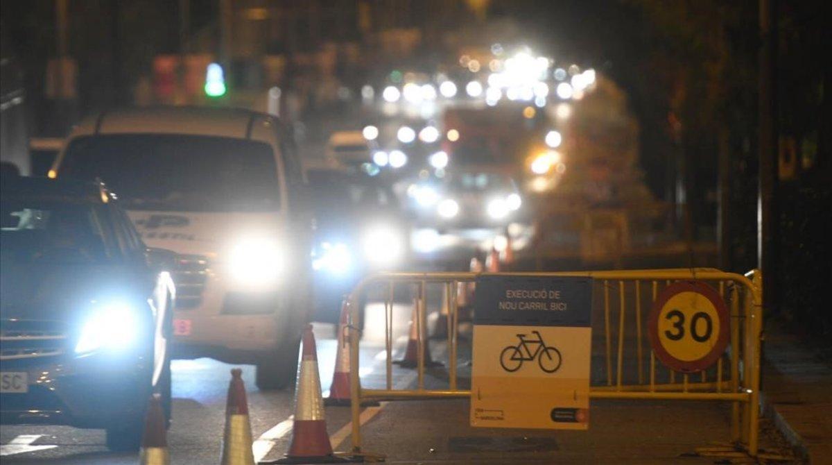 Cartel de obras en la calle de Aragó, a la altura de la Diagonal, en Barcelona, por la instalación de un carril bici. La imagen es de las siete de la mañana.