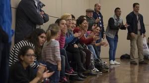 Padres animando durante un partido de los benjamines delClub Cornellà Futbol Sala.