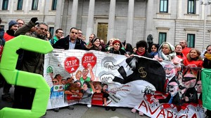 Activistas de la PAH han apoyado la presentación de la ley manifestándose ante las puertas del Congreso en enero del 2017.