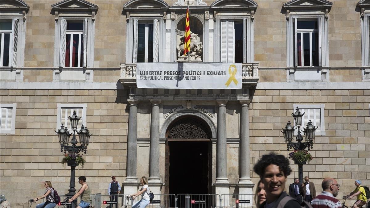 La pancartaa favor de los independentistas presos que cuelga del Palau de la Generalitat.