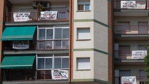 Pancartas contra la ubicación de la nueva zona de ocio para perros en la calle de Vèlia, en el barrio de Porta