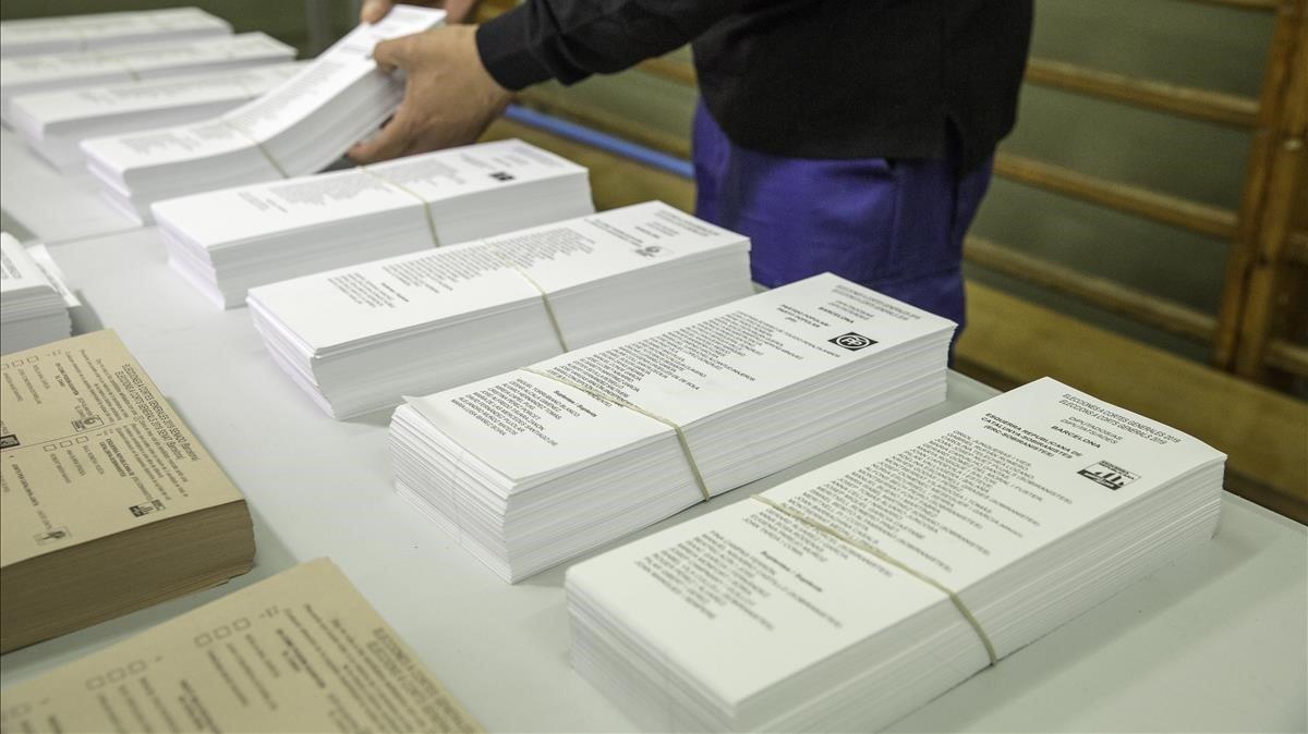 Preparación de las papeletas en un colegio electoral de Barcelona