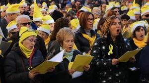 Participantes en el acto ante la Modelo cantan villancicos a favor de la liberación de Junqueras, Forn, Cuixart y Sánchez, este domingo.