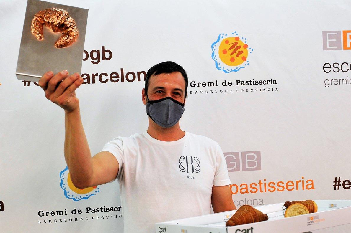 Andreu Sayó, dela pastelería Brunells, con el galardón que distingue el mejor cruasán artesano de mantequilla de España.