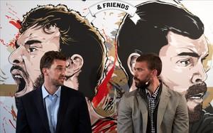 Pau y Marc Gasol, en la presentación del encuentro que dirimirá su rivalidad en Fontajau