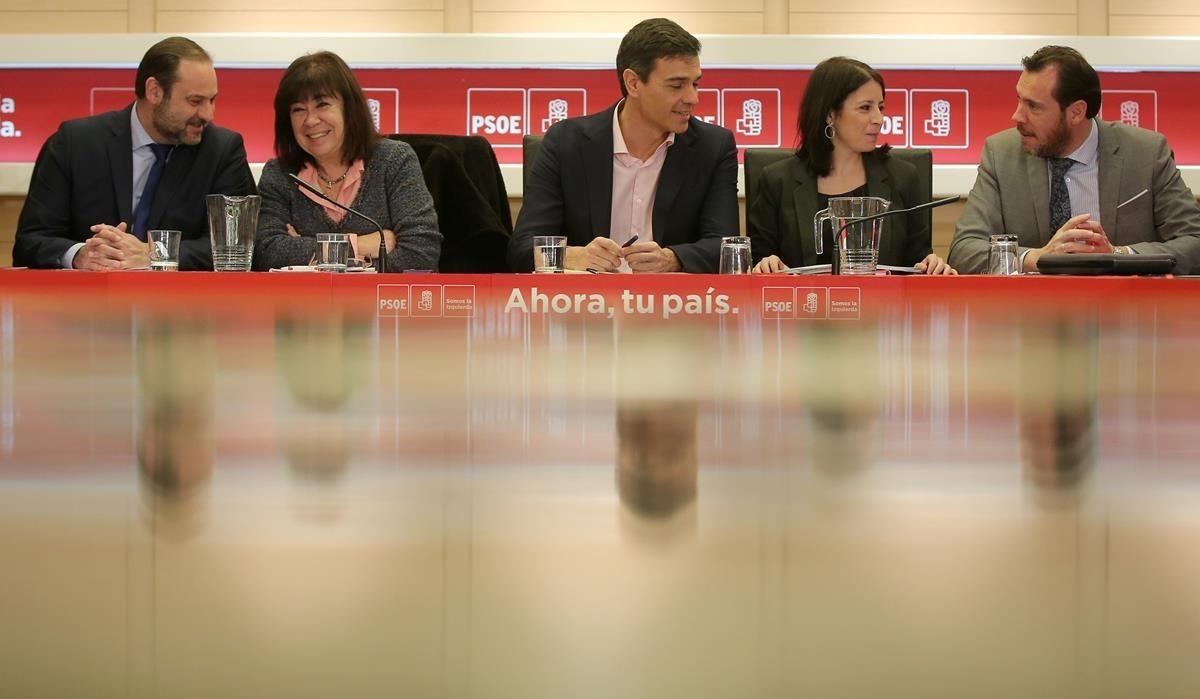 Pedro Sánchez encabeza la reunión permanente del PSOE en Ferraz.