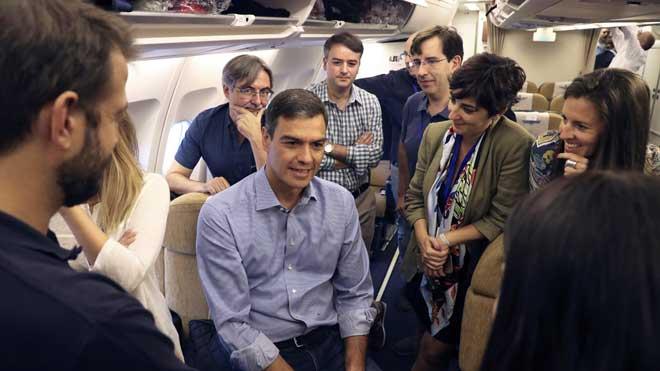 Pedro Sánchez inicia su gira por Latinoamérica. En la imagen, Sánchez conversa con los miembros de su delegación en el interior del Airbus de la Fuerza Aérea Española.