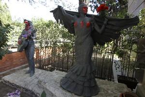 Pintadas sobre las estatuas de Antonio Flores y su madre Lola Flores  situadas junto al panteon familiar en el cementerio de la Almudena de Madrid.
