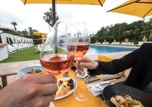 Un brindis en la piscina del Pool Restaurant & Loung del Hotel Fairmont Rey Juan Carlos I.