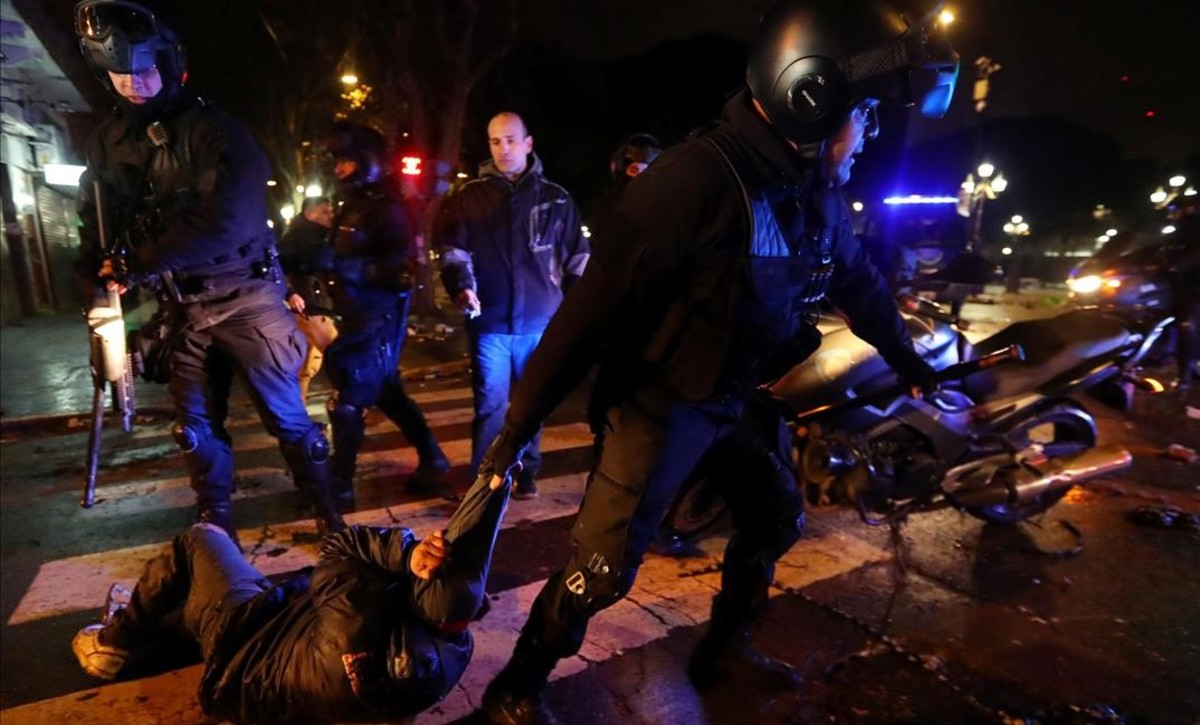 La policía detiene a un hombre en enfrentamientos frente al Congreso después de que los senadores rechazaran legalizar el aborto.
