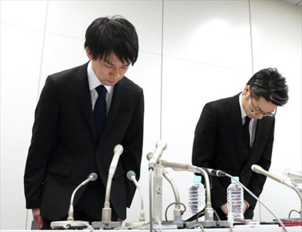 El presidente de Coincheck, Koichiro Wada (izquierda), al inicio de laconferencia de prensa en la que anunció el robo de criptomonedas sufrido.