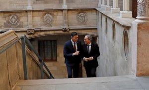 El presidente del Gobierno, Pedro Sánchez, y de la Generalitat, Quim Torra, en el Palau, este jueves.