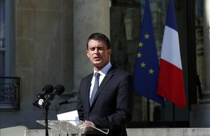El primer ministro francés, Manuel Valls, tras asistir el Consejo de Defensa en el Elíseo.