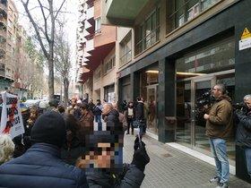 Protesta de los CDR ante la sede de ERC, este lunes.