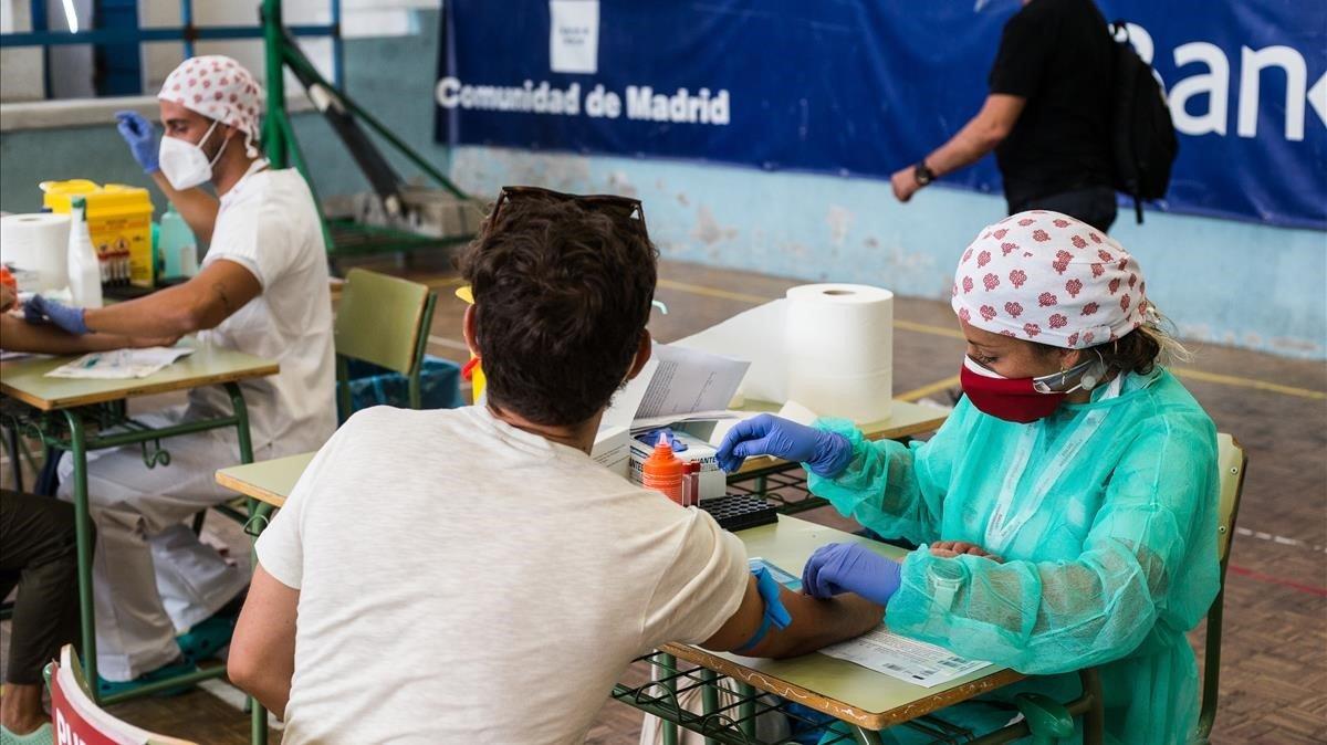 Prueba PCR en el IES Ramiro de Maeztu, en Madrid, este jueves.