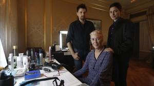 Ramón Salazar, con las actrices Susi Sánchez (en el centro) y Barbara Lennie, en el rodaje de La enfermedad del domingo.