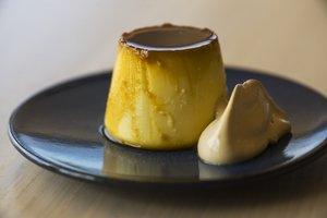 El chef Sebastián Mazzola, de The Roof (Hotel Barcelona Edition), hace una receta de flan de maíz con crema de regaliz.