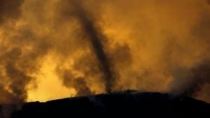 Un remolino de cenizas en el fuego Holy que quema el sur de California.