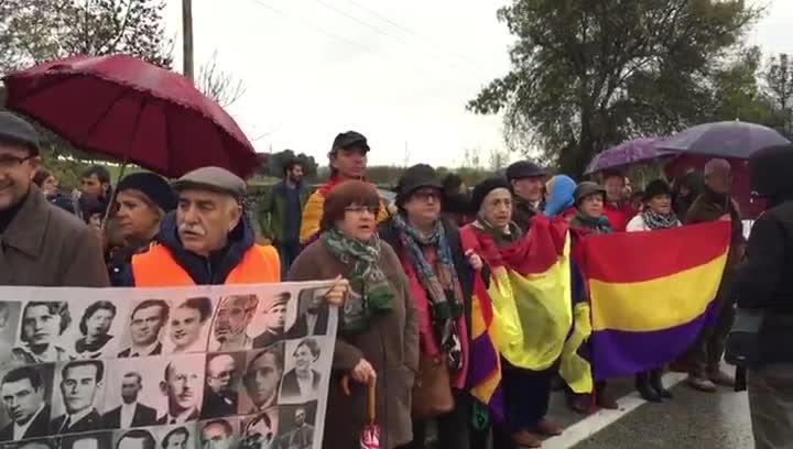 Manifestantes del Foro por la Memoria Histórica se han concentrado a las puertas del Valle de los Caídos.