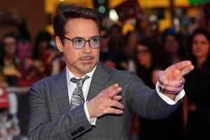 Robert Downey Jr. posando en la alfombra roja