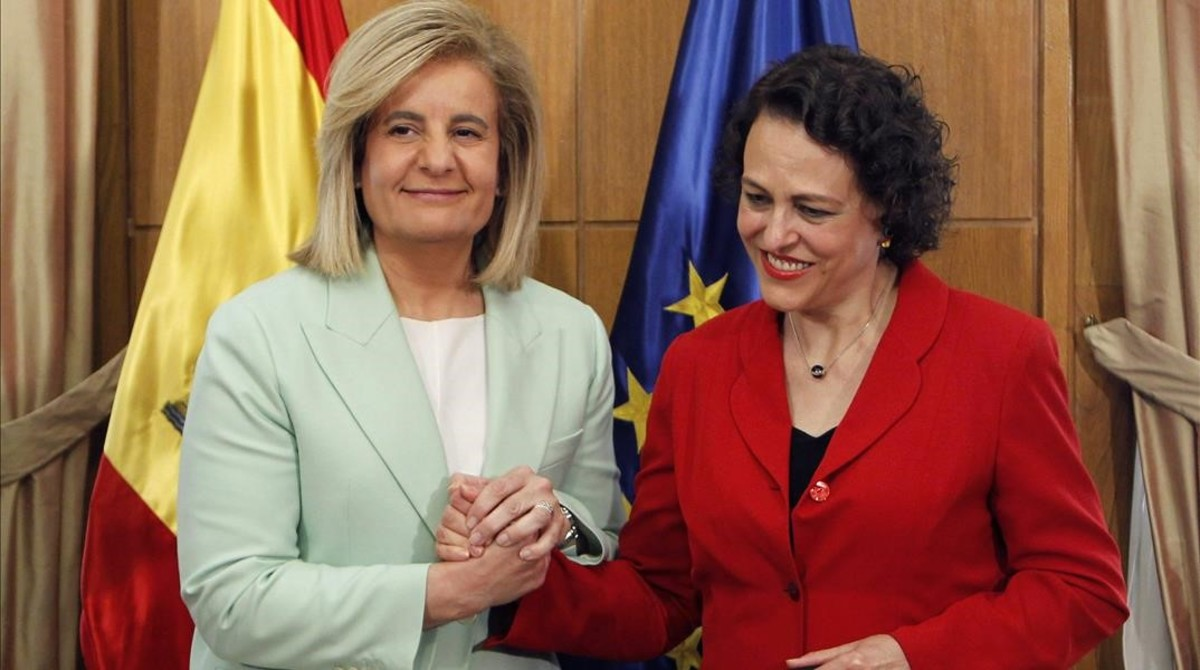 La nueva ministra de Trabajo, Magdalena Valerio (a la derecha de la imagen), junto a su antecesora en el cargo, Fátima Báñez.