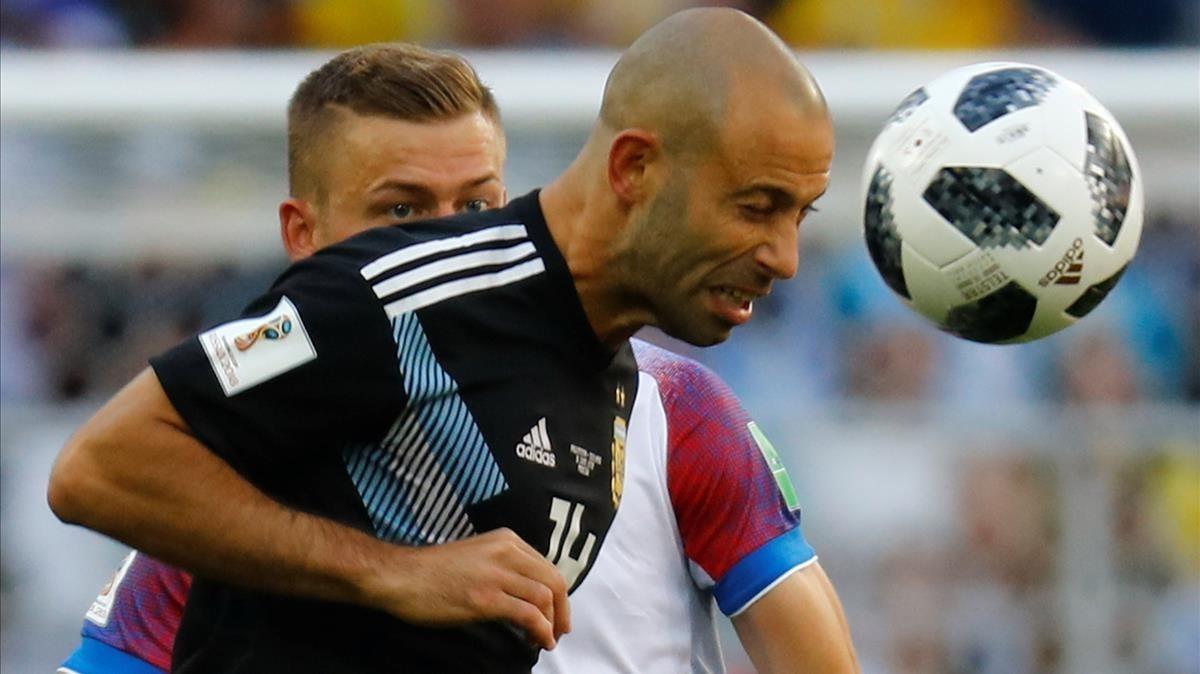 Mascherano cabecea un balón en el debut ante Islandia en Moscú.
