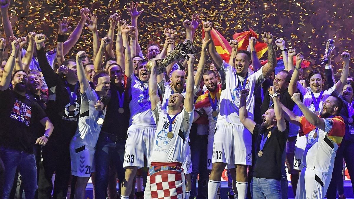 Los jugadores del Vészprém celebran el título conquistado en Colonia.