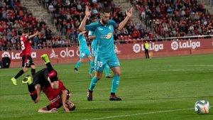 Dani Rodríguez, jugador del Mallorca, cae ante Roberto Torres, este jueves en el encuentro de Son Moix.
