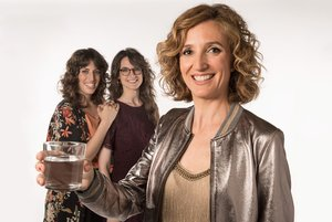 Samantha Vall, en primer plano, con Alba Florejachs y Gemma Lligadas detrás.