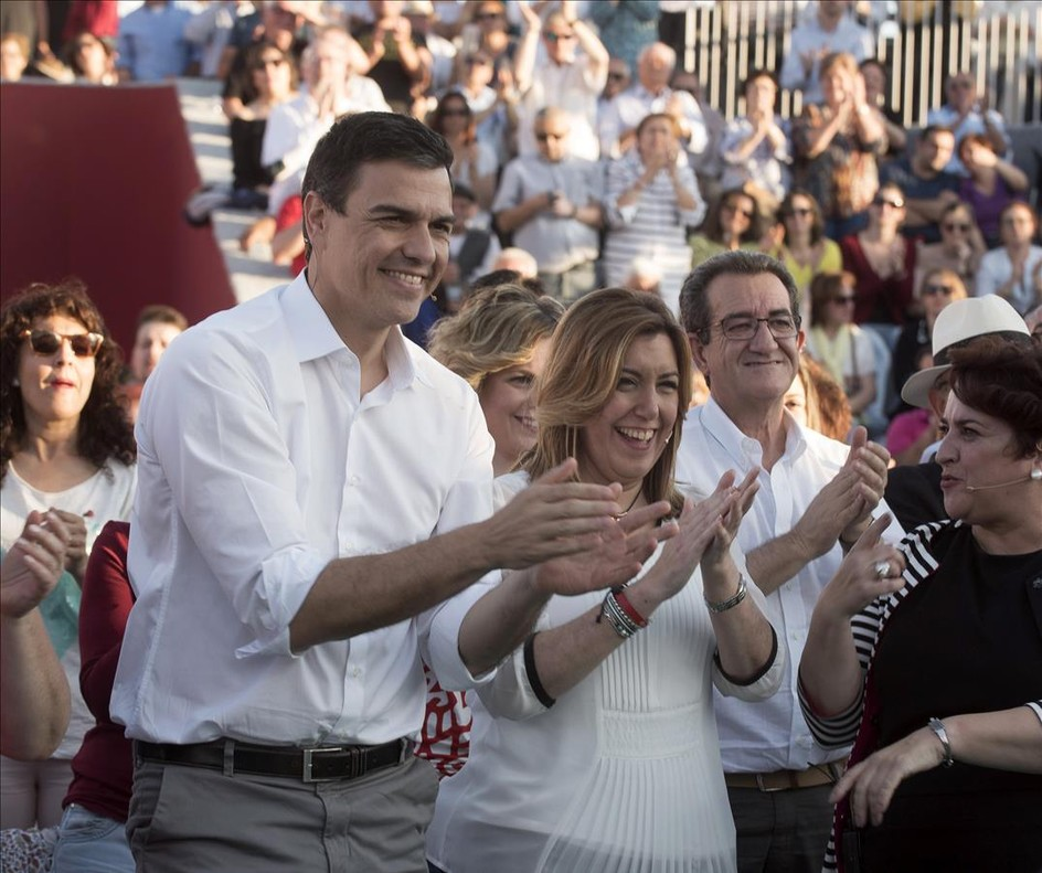 El secretario general del PSOE, Pedro Sánchez, junto a la presidenta de Andalucía, Susana Díaz, en un acto preelectoral este lunes en Andalucía